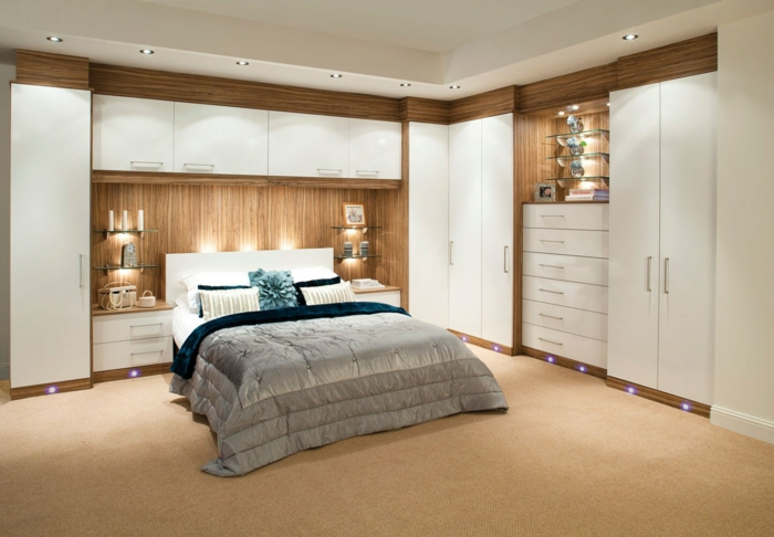 como pintar una habitacion, dormitorio en madera clara y blanco, cama doble con cabecero integrado y luces empotradas