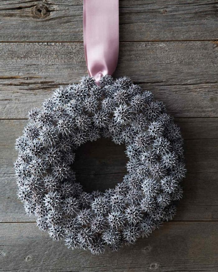 guirnaldas navideñas, corona de navidad gris con espinas, cinta decorativa rosada, fondo de madera