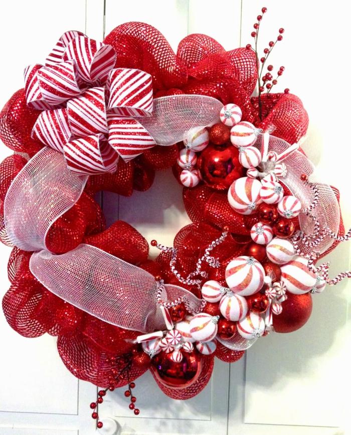 coronas de navidad, corona de navidad en rojo y blanco, tela y cinta decorativa, bolas navideñas, muerdago falso