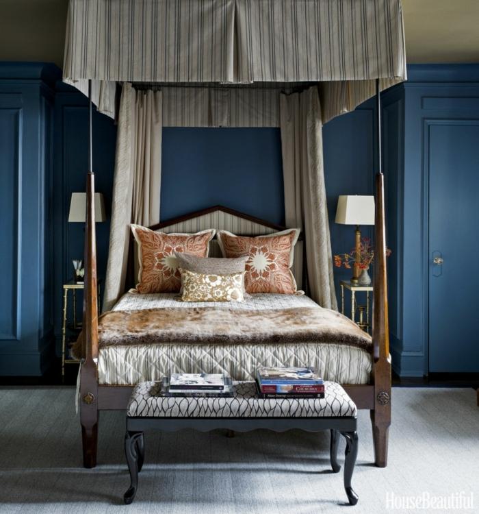 dormitorios modernos, dormitorio en azul, cama doble con baldaquino y cojines, banca tapizada y revistas