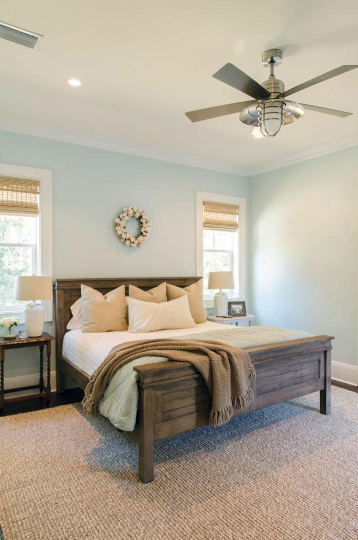 dormitorios modernos, dormitorio con paredes azules, dos ventanas con persianas, cama doble de madera