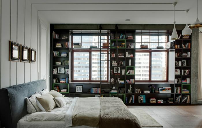 dormitorios modernos, dormitorio en piso alto, estanterías entre ventanas, cama doble, lámparas colgantes