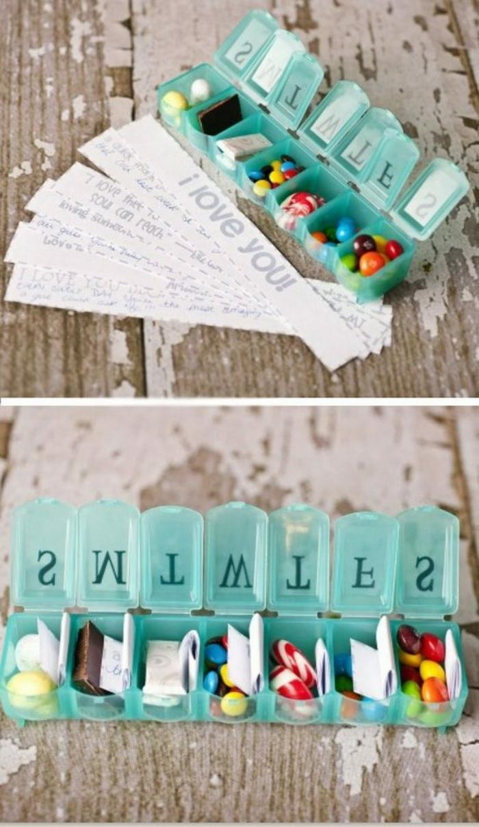 regalos de san valentin, regalo con pequeñas cajitas con caramelos y mensajes en papel