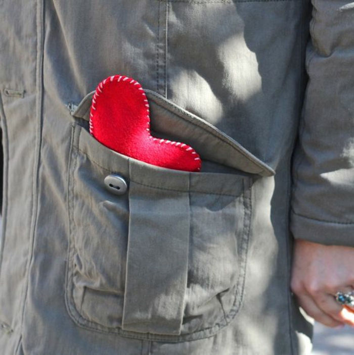 regalos de san valentin, bolso de abrigo con calentador de manos en forma de corazón rojo