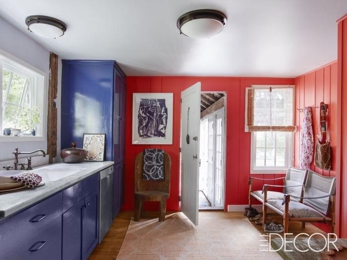 cocina comedor, pequeña cocina en rojo y azul, armarios barnizados, alfombra en color pastel