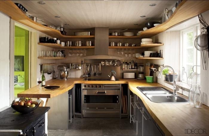 cocina comedor, estantes de madera ovales en muchos niveles, techo de madera, colores claros