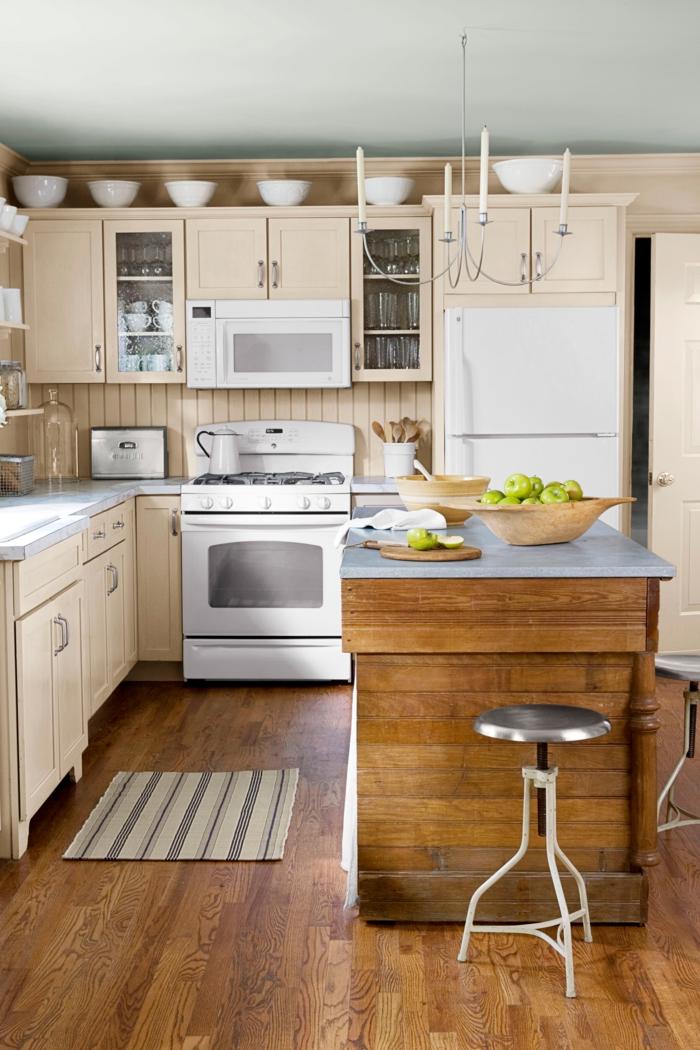 cocinas pequeñas alargadas, armarios en color claro pastel y barra de madera con encimera de mármol