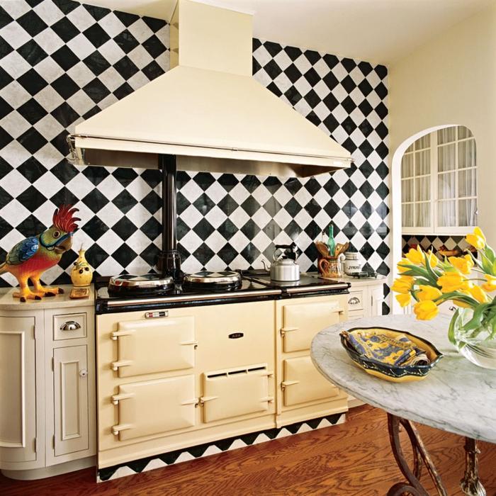 cocina comedor, cocina con grande estufa y campana extractora, paredes en blanco y negro y mesa vintage, decoración de flores