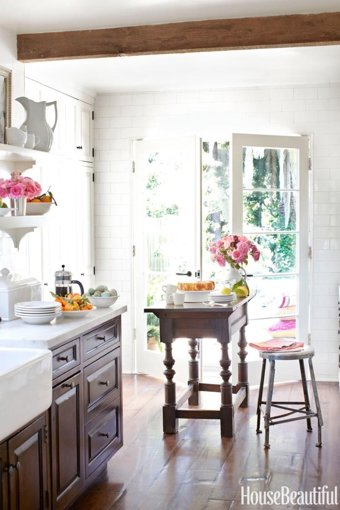 cocina comedor, bonito ejemplo de cocina de madera acogedora, puerta blanca que da a la terraza