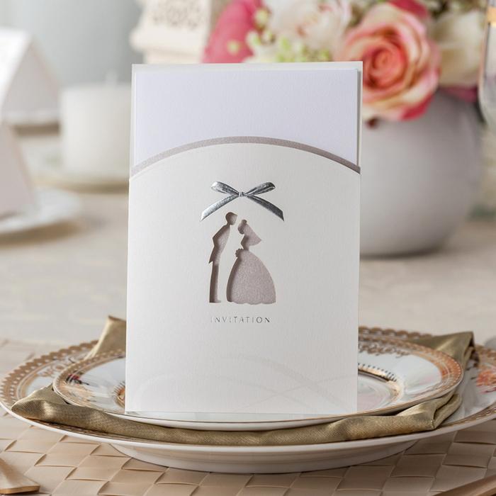invitaciones, invitación de boda clásica en color plata con novio y novia estilizados y seta