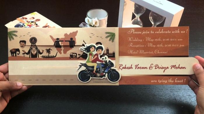 invitaciones, invitación de boda en sobre con caricatura de los novios en una moto, playa y elefante, estados enamorados