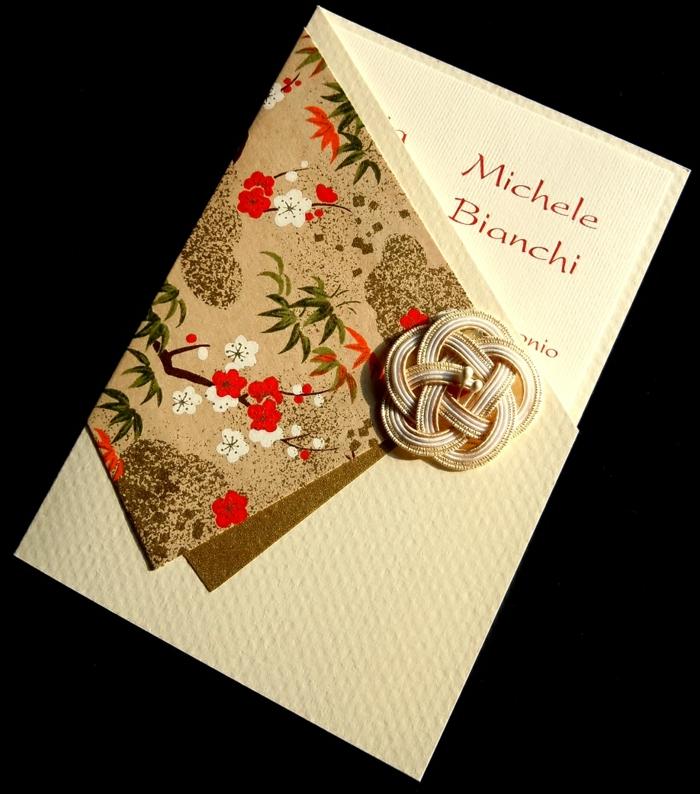 invitaciones de boda originales, invitación de boda en beige con flores rojas y broche tejido