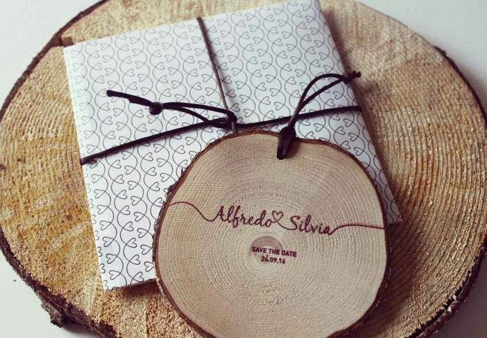 invitaciones, invitación de boda con sobre blanco con corazones decorado con pedazo de madera rústica