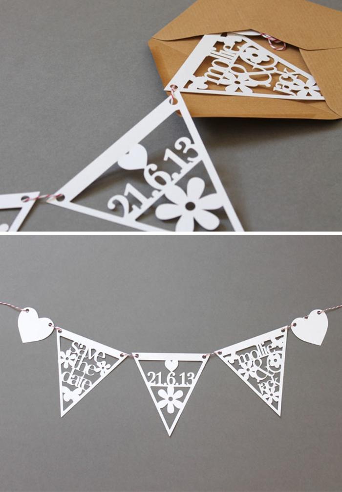 bodas originales, invitación de boda plegable como guirnalda de pared, triángulos blancos en sobre de papel kraft