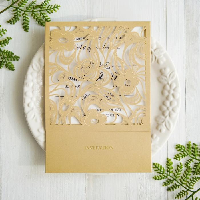 bodas originales, invitación de boda en dorado y blanco con encaje de papel