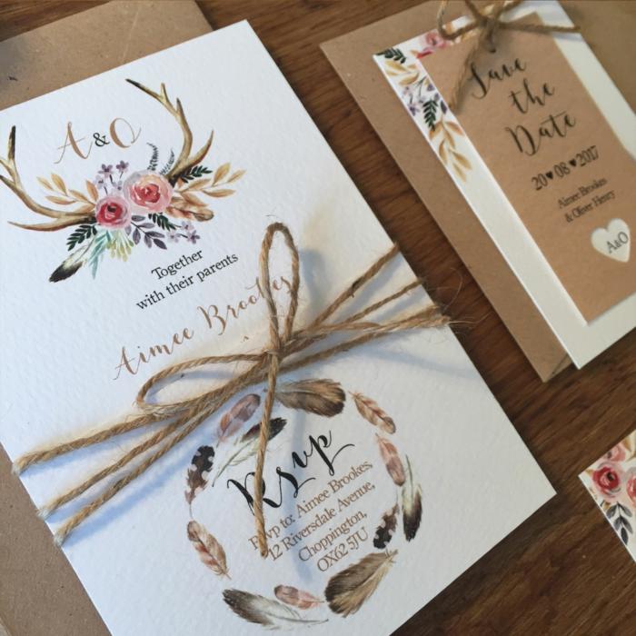 bodas originales, invitación en blanco con plumas y flores, cuerda y sobres de papel Kraft