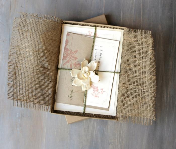 invitaciones de boda vintage, invitación de boda en caja con arpillera, hojas atadas con cuerda y flor falsa