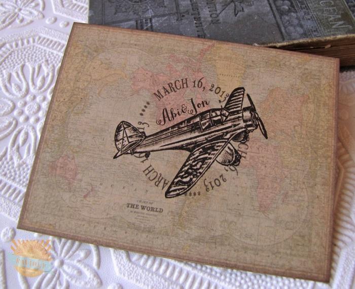 cosas de boda, invitación de boda con mapa del mundo y avión retro, fecha y nombres
