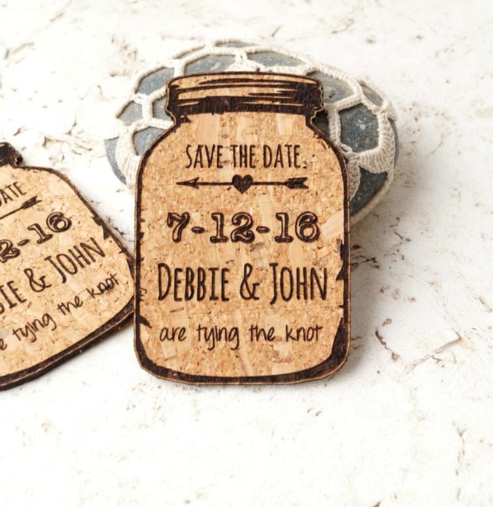cosas de boda, invitación de boda somo tarro de corcho con nombres y fecha grabados