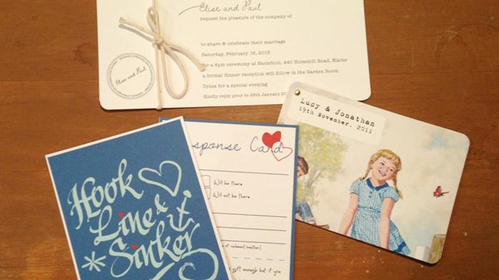 cosas de boda, invitaciones de boda en beige y azul, dibujos de niña y niño de cuento