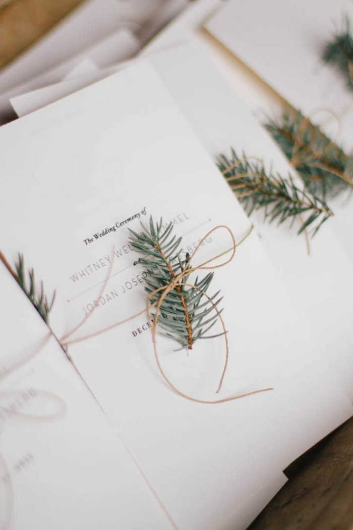 cosas de boda, invitación de boda en blanco con agujas de pino atadas con cuerda
