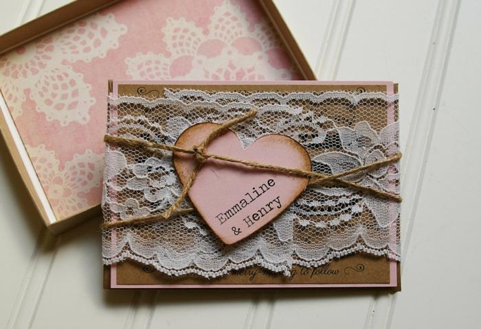 cosas de boda, invitación vintage de papel kraft en cajita con corazón rosado, cuerda y encaje blanco