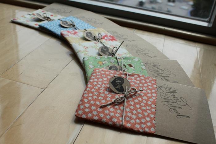 cosas de boda, invitaciones de boda de papel kraft vestidas con tela con cuerda