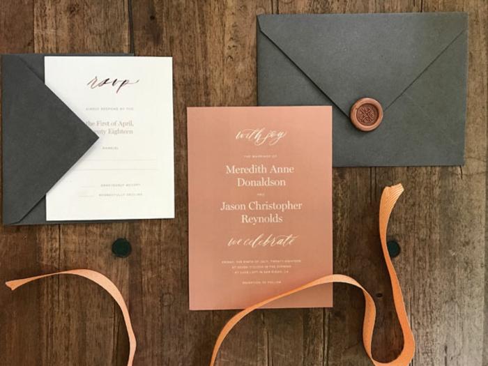invitaciones, invitación de boda con sobre negro y botón, papel naranja y cinta decorativa