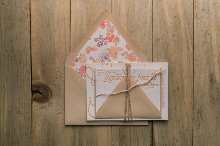 invitaciones boda, invitación de boda en varias hojas atadas con cuerda, sobre beige pintado con acuarelas