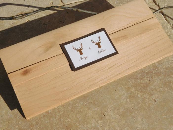 invitaciones boda, invitación de boda con sobre de madera decorado con cabezas de ciervos