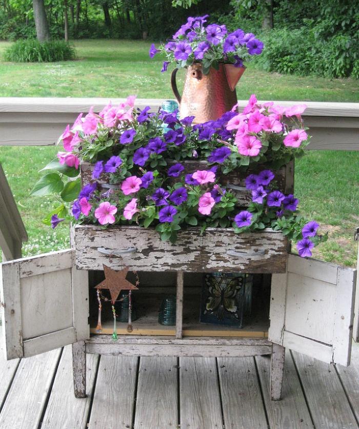 maceteros de madera, decoración shabby chic, maceta de alacena vieja de amdera, petunias rosadas y púrpura