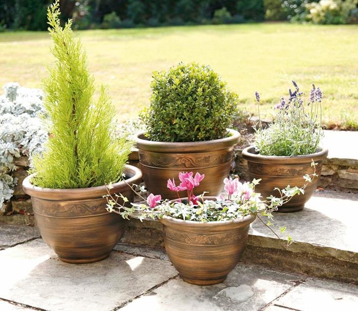 maceteros originales, jardín con césped, escalera de piedra, macetas tamaño mediano color cobrizo