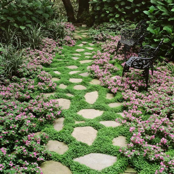 como hacer un jardin, sendero acogedor con plantas bajas, sillas de madera con ornamentos, arbustos altos