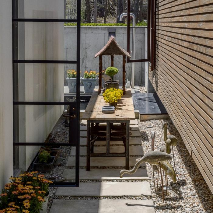 jardines pequeños, ejemplo de espacio optimizado, patio pequeño con decoración minimalista, muebles de madera