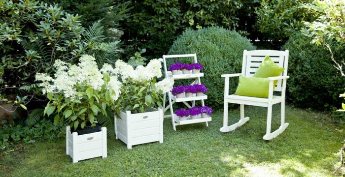 diseño de jardines, rincon en blanco, muebles de madera, macetas de palets blancos, estante original para potes con flores