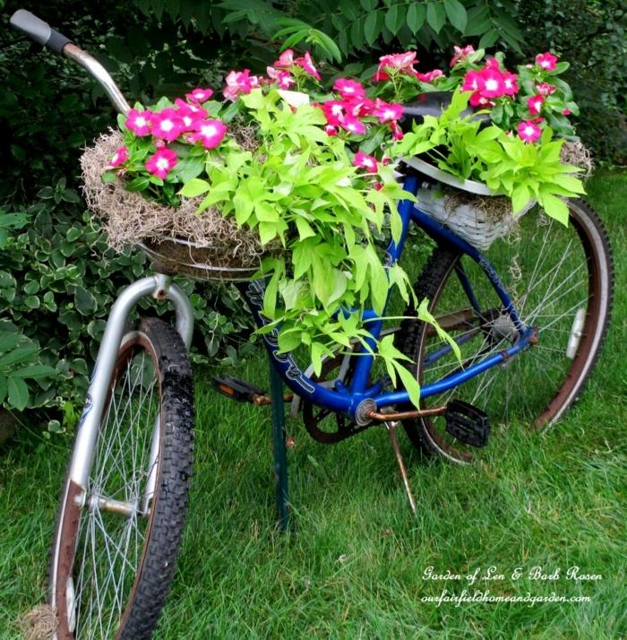 como hacer un jardín, decoracion casera de una bicicleta vieja, macetas con flores, idea vintage muy original