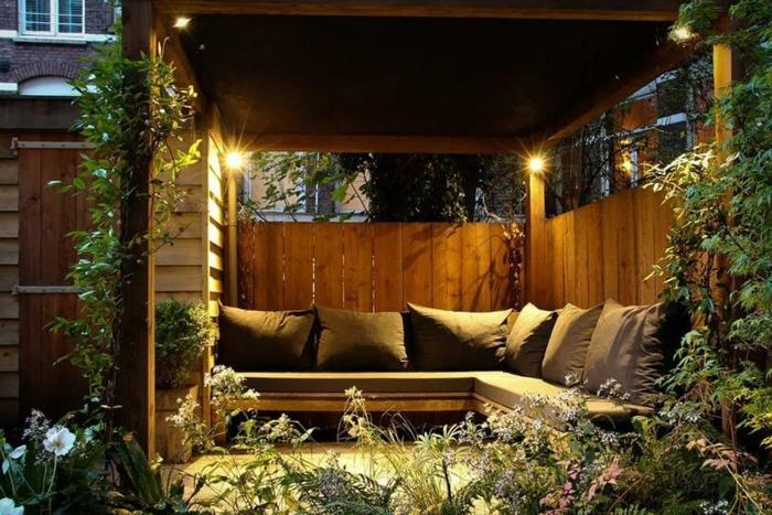 decoracion patios, glorieta de madera muy acogedora, construcción de vagos de madera, sofás y cojines en gris, vegetación alta