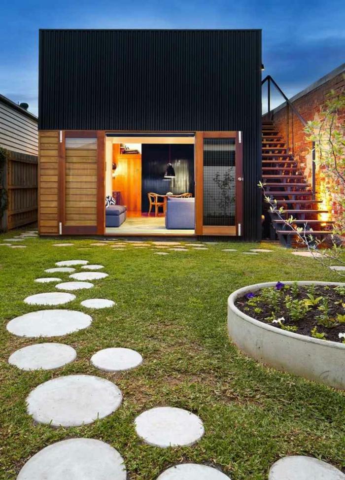 jardines con piedras, sendero original de piedras ovales de diferente tamaño, casa muy moderna en la forma de cuadrado