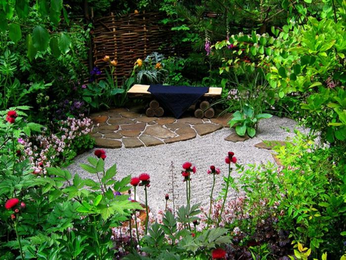 como hacer un jardín, rincón tranquilo rodeado de vegetación salvaje, pavimento de piedras, banco de diseño original de madera