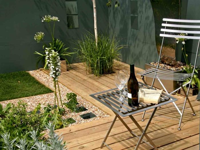 jardines-pequeños, maneras de optimizar el espacio en un patio pequeño, pavimentos diferentes, silla y mesilla de metal