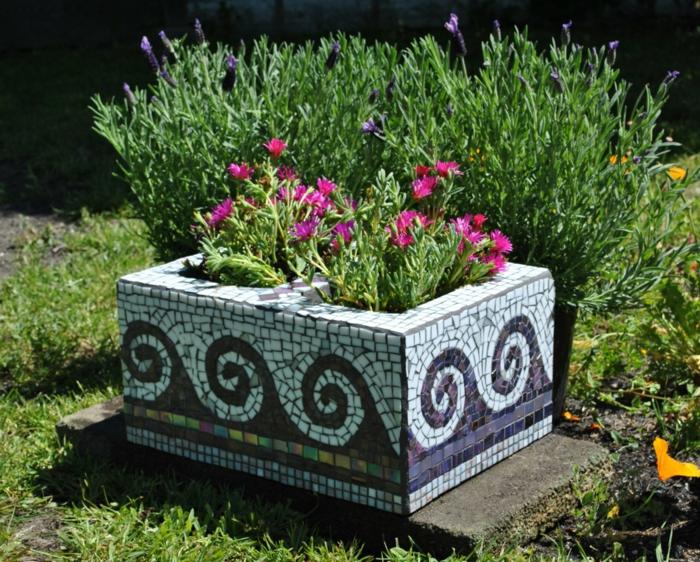 maceteros grandes, maceta cuadrada de cemento reciclada con mosaico, ondas de mar estilizadas, flores rosado