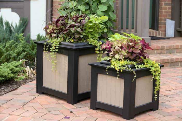 maceteros grandes, decoración de patio con suelo de baldosas, macetas en marrón y beige con plantas verdes
