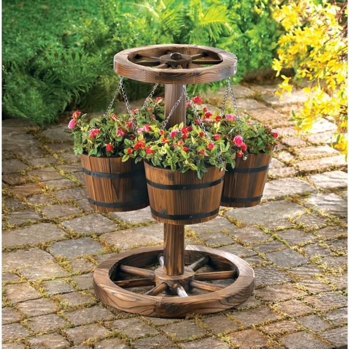 macetas, decoración jardín rústico, jardinera hecha de cubos de madera y ruedas de carro, flores rojos