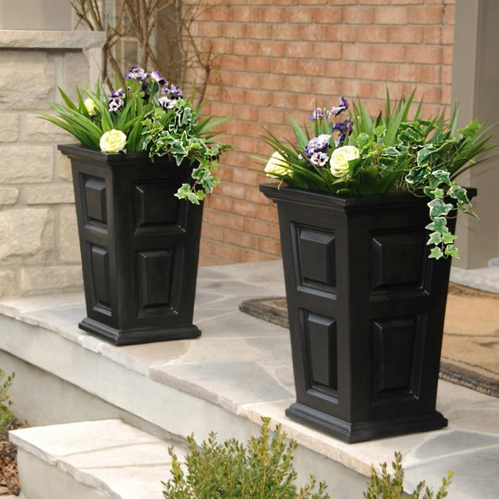 jardineras de madera, macetas altas de madera oscura, combinación de rosas blancas, petunias y hiedra, entrada de casa