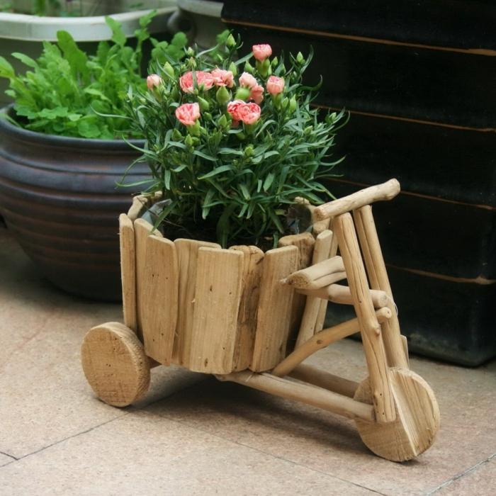 jardineras de madera, maceta original rústica de madera en forma de bicicleta con claveles rosados