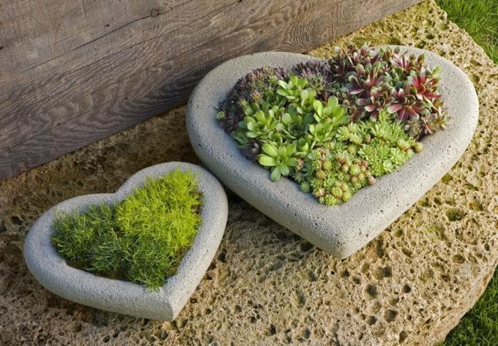 macetas grandes, decoración de jardín con macetas de piedra en forma de corazones con siemprevivas