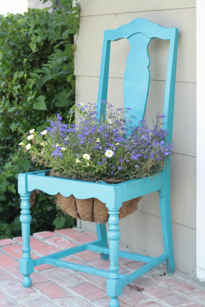 jardineras, decoración rústica, maceta original hecha con silla de madera pintada en azul celeste, flores púrpura
