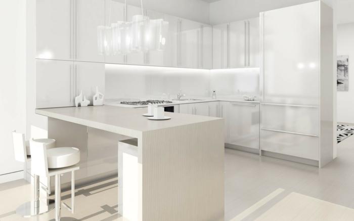 cocinas con isla, cocina en blanco brillante, barra de madera clara, sillas altas tapizadas, mucha luz