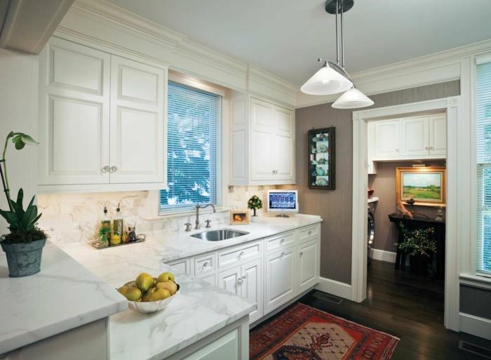 madera blanca, cocina con alfombra en rojo, ventana con persiana, encimera de mármol, puerta abierta