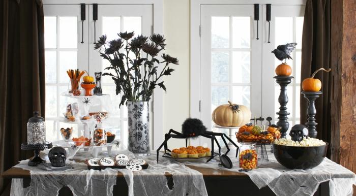 cosas de halloween, decoración refinada para una cena de halloween, figuras de calabazas, galletas con fantasmas, flores en negro